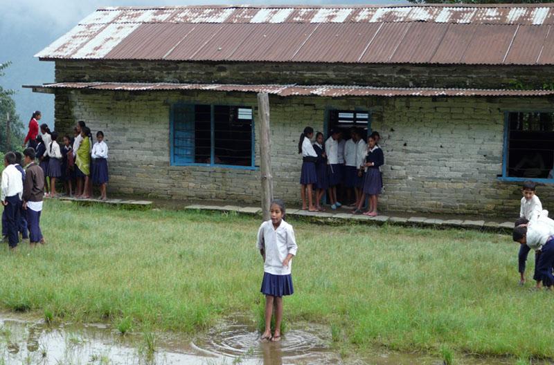 Before-Refonte de l\'école Shree Pragatisheel Higher Secondary School de mai 2012 à octobre 2013. Extérieur du bâtiment.