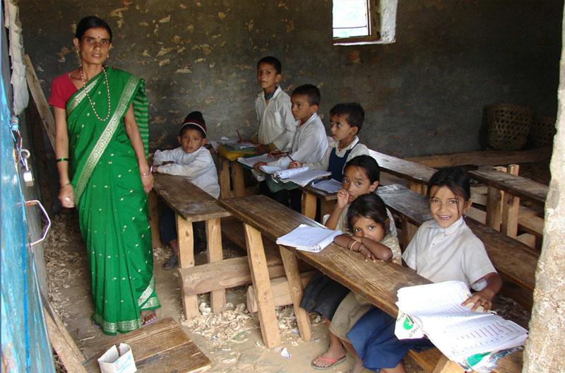 Before-Salle de classe d\'une école primaire avant - après l\'année 2009.